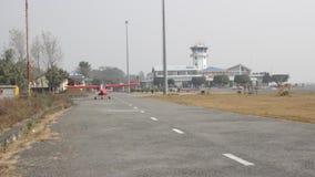 Μικρό αεροπλάνο που μετακινείται με ταξί από το διάδρομο απόθεμα βίντεο