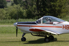 Μικρό αεροπλάνο που προετοιμάζεται στην απογείωση από τον τομέα χλόης Στοκ Εικόνα