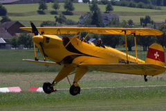 Μικρό αεροπλάνο που προετοιμάζεται στην απογείωση από τον τομέα χλόης Στοκ φωτογραφία με δικαίωμα ελεύθερης χρήσης