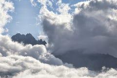 Μικρό αεροπλάνο στα μεγάλα σύννεφα Στοκ Εικόνες