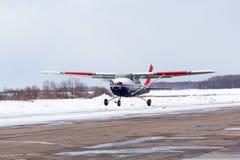 Μικρό αεροπλάνο στον αερολιμένα το χειμώνα Στοκ Εικόνες