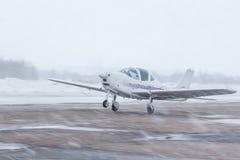 Μικρό αεροπλάνο στον αερολιμένα το χειμώνα Στοκ Εικόνα