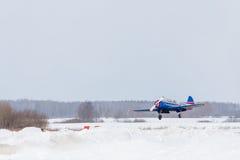 Μικρό αεροπλάνο στον αερολιμένα το χειμώνα Στοκ εικόνα με δικαίωμα ελεύθερης χρήσης