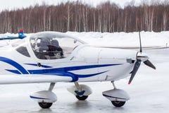 Μικρό αεροπλάνο στον αερολιμένα το χειμώνα Στοκ εικόνες με δικαίωμα ελεύθερης χρήσης
