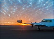 Μικρό αεροπλάνο στο διάδρομο στοκ φωτογραφίες