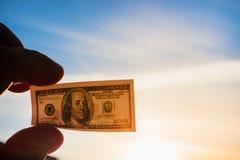 Μικρό αμερικανικό αμερικανικό δολάριο υπό εξέταση ενάντια στον ουρανό Στοκ εικόνες με δικαίωμα ελεύθερης χρήσης