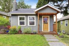 Μικρό αμερικανικό σπίτι με το γκρίζο εξωτερικό χρώμα Στοκ Εικόνες