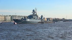 Μικρό ανθυποβρυχιακό σκάφος ` Urengoy ` στα νερά του Neva Προετοιμασία για την ημέρα ναυτικού στη Αγία Πετρούπολη απόθεμα βίντεο