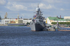 Μικρό ανθυποβρυχιακό σκάφος Zelenodolsk και ο παγοθραύστης Krasin στα νερά του Neva Στοκ εικόνες με δικαίωμα ελεύθερης χρήσης