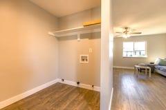 Μικρό ανοικτό δωμάτιο πλυντηρίων στο σπίτι Καλιφόρνιας Στοκ φωτογραφία με δικαίωμα ελεύθερης χρήσης