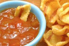 Μικρό απεριτίφ με τα τσιπ και την πικάντικη σάλτσα 03 μπέϊκον τσίλι Στοκ Εικόνα