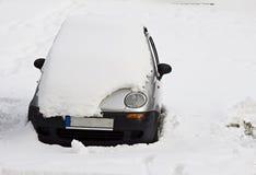 Αυτοκίνητο κάτω από το χιόνι Στοκ Εικόνες