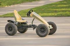 Μικρό αυτοκίνητο με το ζευγάρι των πενταλιών και της αλυσίδας στα εργαλεία Στοκ φωτογραφίες με δικαίωμα ελεύθερης χρήσης