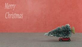 Μικρό αυτοκίνητο που παίρνει το χριστουγεννιάτικο δέντρο Στοκ φωτογραφία με δικαίωμα ελεύθερης χρήσης