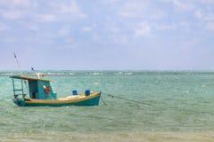 Μικρό αλιευτικό σκάφος στη βραζιλιάνα ακτή - Pirangi, Rio Grande κάνει Norte, Βραζιλία στοκ εικόνες