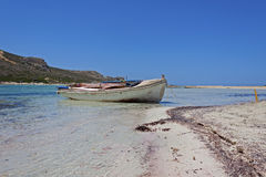 Μικρό αλιευτικό σκάφος στη λιμνοθάλασσα Balos Στοκ Φωτογραφία