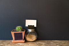 Μικρό βάζο κάκτων με ένα μικροσκοπικό καφετί μπουκάλι ζάχαρης Στοκ φωτογραφία με δικαίωμα ελεύθερης χρήσης