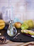 Μικρό βάζο σχεδίου με το άχυρο που γεμίζουν με το εμποτισμένο νερό του λεμονιού Στοκ εικόνες με δικαίωμα ελεύθερης χρήσης