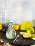 Μικρό βάζο σχεδίου με το άχυρο που γεμίζουν με το εμποτισμένο νερό του λεμονιού Στοκ φωτογραφία με δικαίωμα ελεύθερης χρήσης