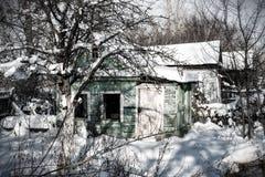 Μικρό εγκαταλειμμένο σπίτι στο χιόνι Στοκ εικόνα με δικαίωμα ελεύθερης χρήσης