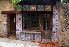 Μικρό εκλεκτής ποιότητας σπίτι με majolica το ντεκόρ κεραμιδιών Στοκ φωτογραφία με δικαίωμα ελεύθερης χρήσης