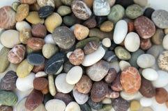Μικρό ζωηρόχρωμο υπόβαθρο χαλικιών, απλότητα, φως της ημέρας, πέτρες, λευκό, πράσινος, γκρίζος, κόκκινος, πορτοκαλί, Στοκ εικόνες με δικαίωμα ελεύθερης χρήσης