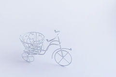 Μικρό διακοσμητικό άσπρο ποδήλατο σε ένα άσπρο υπόβαθρο Τρόπος υποβάθρου Στοκ Φωτογραφία