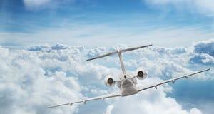 Μικρό ιδιωτικό jetplane που πετά επάνω από τα όμορφα σύννεφα Στοκ φωτογραφία με δικαίωμα ελεύθερης χρήσης