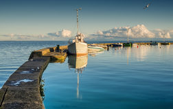 Μικρό λιμάνι στον οβελό Curonian, Λιθουανία Στοκ Φωτογραφία
