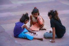 Μικρό ινδικό παιχνίδι κοριτσιών στοκ εικόνες με δικαίωμα ελεύθερης χρήσης