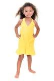 Μικρό ισπανικό κορίτσι που φορά ένα κίτρινο θερινό φόρεμα Στοκ Φωτογραφία