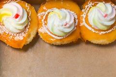 Μικρό κέικ με την κρέμα στο καφετί υπόβαθρο κιβωτίων Στοκ εικόνες με δικαίωμα ελεύθερης χρήσης