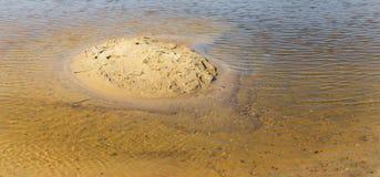 Μικρό κίτρινο αμμώδες νησί μεταξύ των shallows στοκ φωτογραφία με δικαίωμα ελεύθερης χρήσης