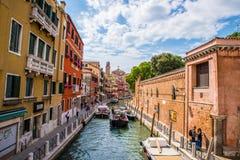 Μικρό κανάλι μεταξύ των κτηρίων στη Βενετία, Ιταλία Στοκ Φωτογραφίες