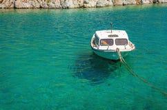 Μικρό κενό άσπρο motorboat Στοκ φωτογραφία με δικαίωμα ελεύθερης χρήσης