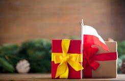Μικρό κιβώτιο δώρων με τη σημαία της Πολωνίας Στοκ φωτογραφία με δικαίωμα ελεύθερης χρήσης