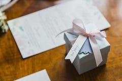 Μικρό κιβώτιο με ένα δώρο Στοκ φωτογραφίες με δικαίωμα ελεύθερης χρήσης