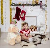 Μικρό κορίτσι γύρω από μια εστία Χριστουγέννων Στοκ Εικόνες