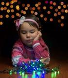 Μικρό κορίτσι εσωτερικό στη ημέρα των Χριστουγέννων Στοκ εικόνα με δικαίωμα ελεύθερης χρήσης