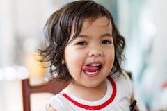 Μικρό κορίτσι εύγευστο Στοκ εικόνες με δικαίωμα ελεύθερης χρήσης