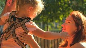 Μικρό κορίτσι ιδιότροπο στα χέρια πατέρων ` s και την δίνει στη μητέρα φιλμ μικρού μήκους