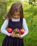 Μικρό κορίτσι και η κόκκινη Apple Στοκ εικόνες με δικαίωμα ελεύθερης χρήσης