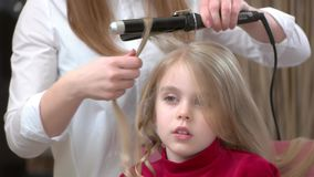 Μικρό κορίτσι και κατσαρώνοντας λαβίδες απόθεμα βίντεο