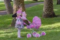 Μικρό κορίτσι και κούκλες Στοκ εικόνα με δικαίωμα ελεύθερης χρήσης