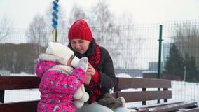 Μικρό κορίτσι και μητέρα που πίνουν το καυτό τσάι το χειμώνα απόθεμα βίντεο