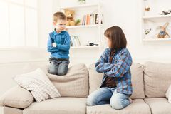 Μικρό κορίτσι και ο αδελφός της που προσβάλλονται στο σπίτι Στοκ φωτογραφίες με δικαίωμα ελεύθερης χρήσης