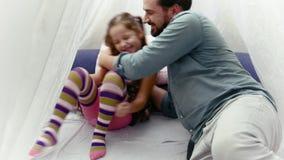 Μικρό κορίτσι και ο πατέρας της που διαβάζουν ένα βιβλίο από κοινού φιλμ μικρού μήκους