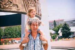 Μικρό κορίτσι και ο πατέρας της υπαίθρια Στοκ φωτογραφία με δικαίωμα ελεύθερης χρήσης