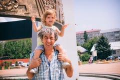 Μικρό κορίτσι και ο πατέρας της υπαίθρια Στοκ φωτογραφίες με δικαίωμα ελεύθερης χρήσης