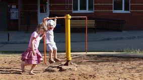 Μικρό κορίτσι και περιστροφή αγοριών στη σβούρα φιλμ μικρού μήκους